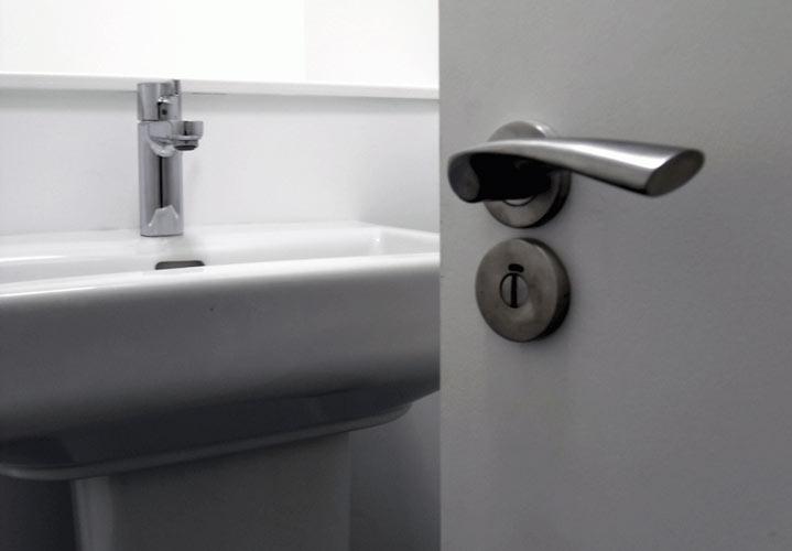 ۸ چیزی که در خانه از دستشویی کثیفترند - از جمله وسایل بسیار آلوده می توان به دستگیره در دستشویی اشاره کرد.