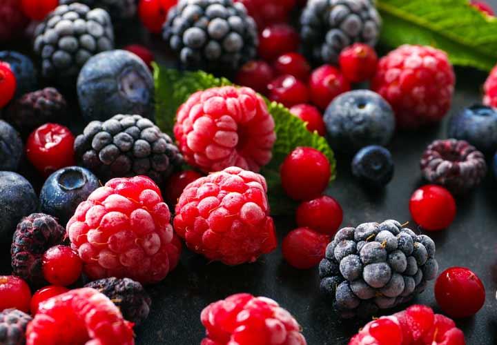 ۱۴ خوراکی سالم برای صبحانه که به کاهش وزن شما کمک میکنند - مصرف میوه های بری در وعده صبحانه می تواند به کاهش وزن کمک بکند.