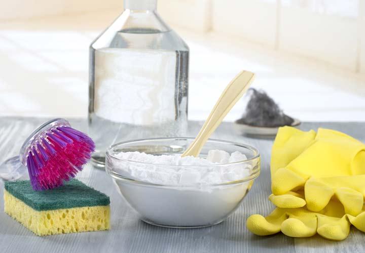 یکی از راه های رایج برای تمیز کردن سینی فر استفاده از جوش شیرین و آب اکسیژنه است.