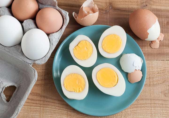 ۱۴ خوراکی سالم برای صبحانه که به کاهش وزن شما کمک میکنند - مصرف تخم مرغ در وعده صبحانه می تواند به کاهش وزن کمک بکند.