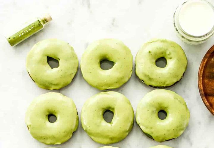 از جمله ۲۰ صبحانه رژیمی خوشمزه برای کاهش وزن می توان به دونات پوشیده شده با ماچا اشاره کرد.