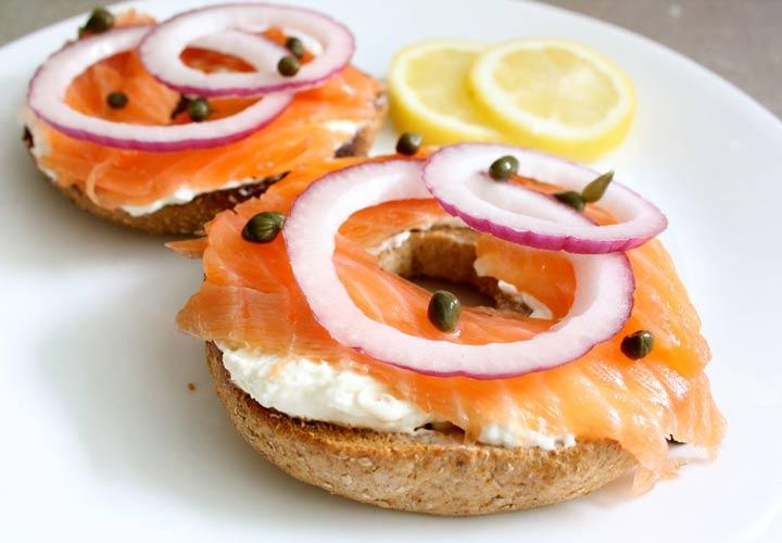 از جمله ۲۰ صبحانه رژیمی خوشمزه برای کاهش وزن می توان به بیگل سالمون دودی اشاره کرد.