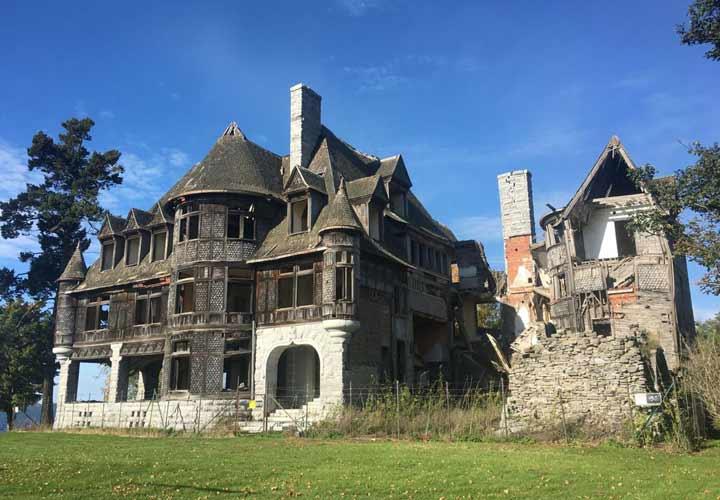 ۱۲ قصر متروکه باارزش در سراسر دنیا - ویلای جزیره کارلتون یک قصر مخروبه واقع در جزیرهای در کیپوینسنت نیویورک است.