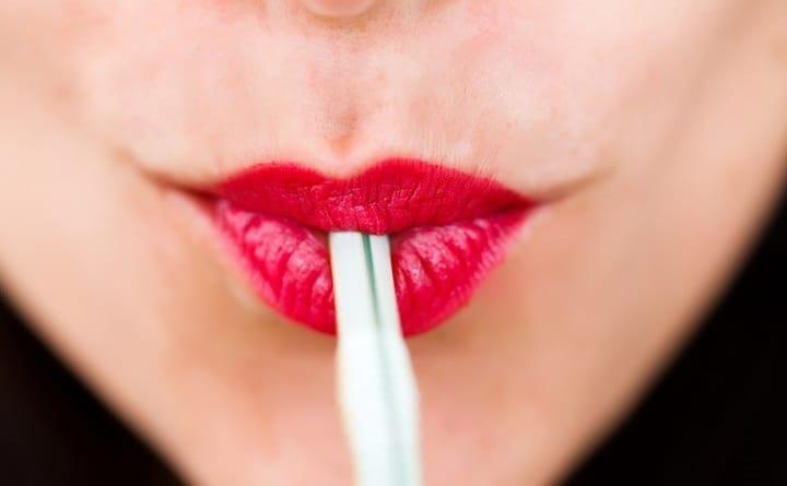 نوشیدن با نی به ایجاد چروک در اطراف دهان منجر می شود