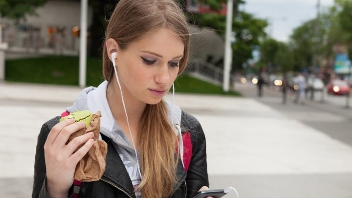 خیره شدن طولانی مدت به تلفن همراه باعث پیری می شود