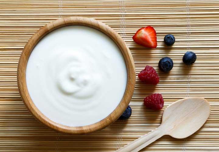 ۱۴ خوراکی سالم برای صبحانه که به کاهش وزن شما کمک میکنند - مصرف ماست در وعده صبحانه می تواند به کاهش وزن کمک بکند.
