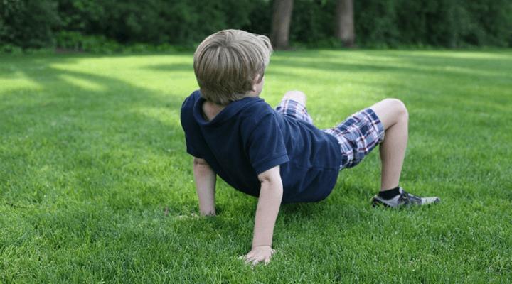 ره رفتن خرچنگی کودک - ۱۲ حرکت ورزشی سرگرمکننده و جذاب برای کودکان و والدین