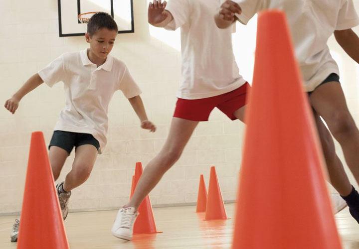 12 نوع ورزش جذاب برای کودکان - 5. تمرین با مخروطهای ورزشی