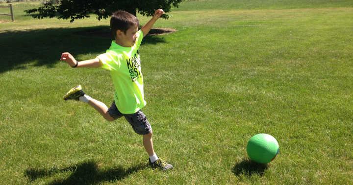 پاس دادن توپ-چند ایده سرگرمکننده برای بازی کودکان در فضای باز