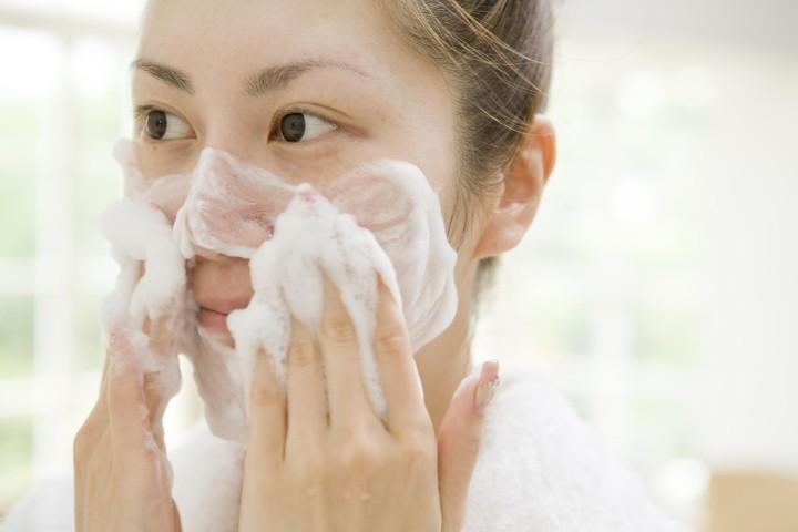 در زمان شستن صورت پوست خود را بیش از حد ماساژ ندهید