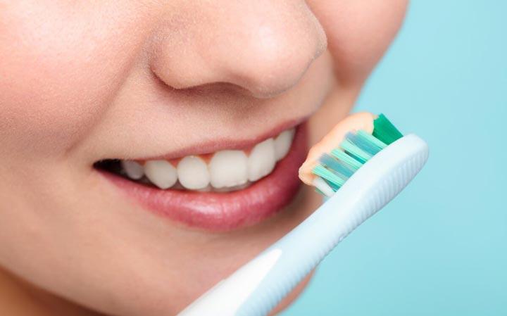 از بین بردن زردی دندان با مسواک
