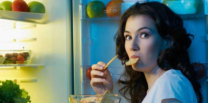 دختر در حال غذا خوردن