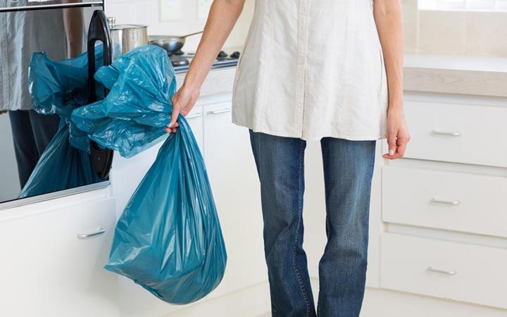 ۲۵ اشتباه بزرگ در تمیز کردن خانه - خالی نکردن سطل زباله