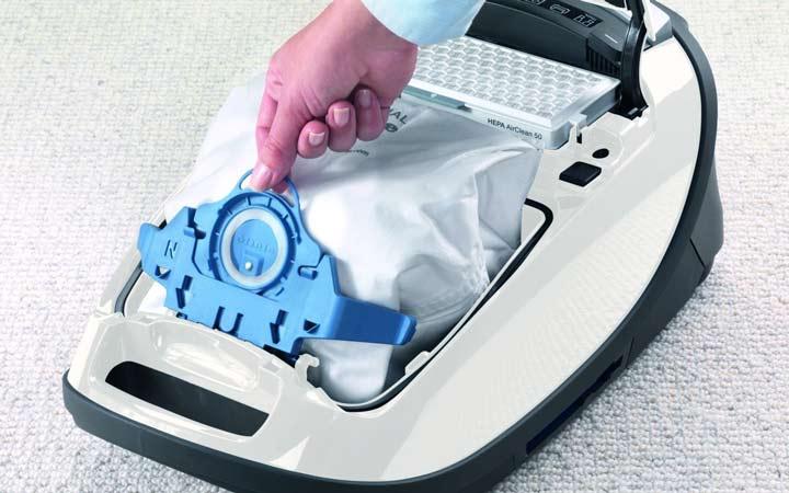 ۲۵ اشتباه بزرگ در تمیز کردن خانه - خالی نکردن کیسه جارو برقی