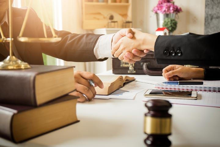 نحوه انتخاب یک وکیل خوب و مورداعتماد با چند نکته مهم