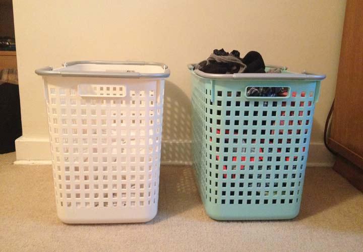 ترفندهای یک دقیقه ای برای تمیز کردن خانه - در حمام و اتاق خواب سبدی برای جمع کردن لباس های کثیف بگذارید.