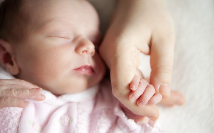 سعی کنید از رفتارها و واکنش های نوزاد نیازهای او را بفهمید - 7 نکته که پدران و مادران تازه وارد باید بدانند