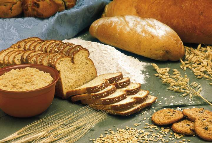 برای جلوگیری از نفخ شکم قبل از پریود به جای کربوهیدرات های تصفیه شده از غلات کامل و سبوس دار استفاده کنید