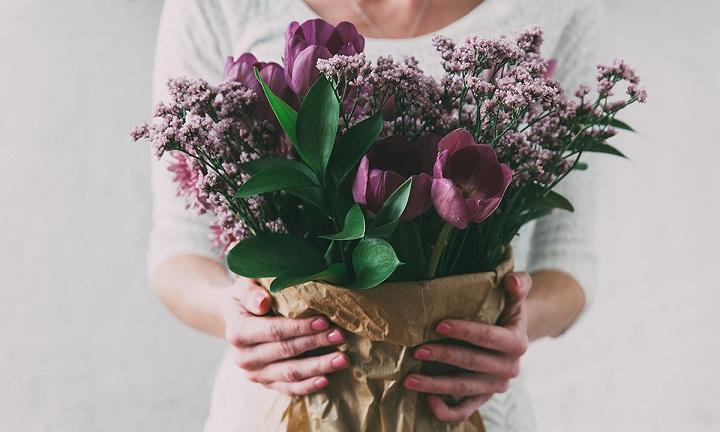 کادو روز مادر چی بخریم؟ ۲۸ ایده جذاب برای انتخاب بهترین هدیه روز زن