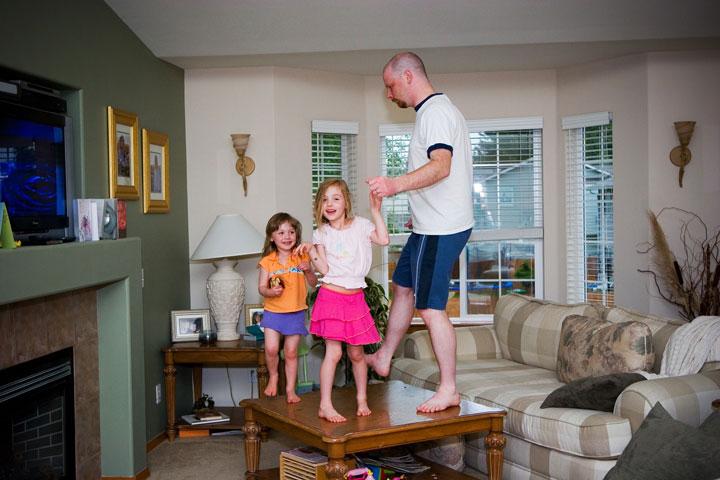 رقص و ورزش از سرگرمی های کودکان در خانه