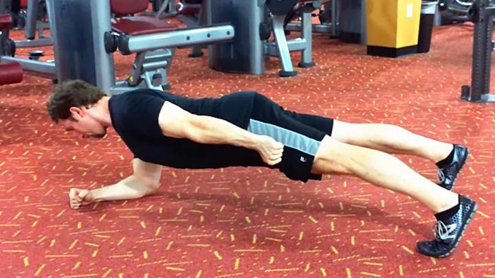 ورزش در خانه با پلانک بر روی یک دست یا یک پا