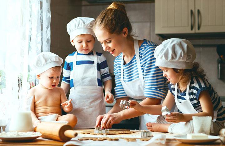 آشپزی یکی از سرگرمی های کودکان در خانه