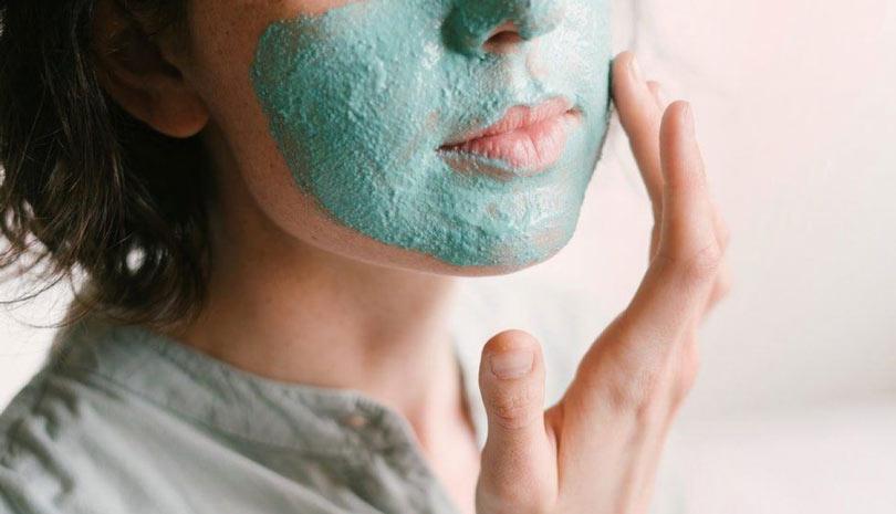 ۲۱ اسکراب خانگی برای پوست چرب که جوانی را به پوستتان باز میگردانند