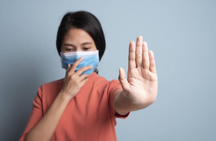 پوشاندن دهان و بینی هنگام عطسه یا سرفه کردن