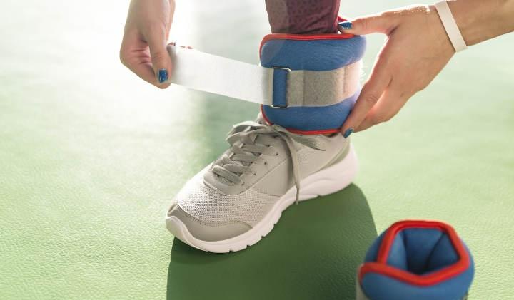 وزنههای مچ دست و پاشنه پا از دیگر وسایل ورزش در خانه
