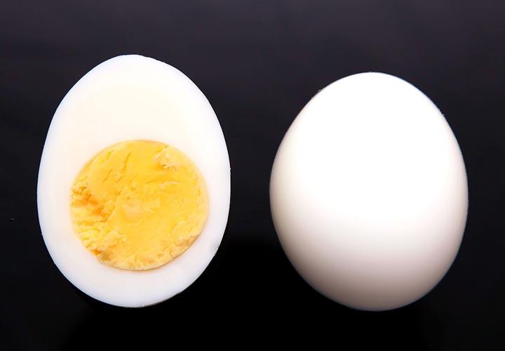 ۱۳ روش از انواع پخت تخم مرغ با طعمهای لذیذ و دلچسب - در این روش زرده تخم مرغ کاملا سفت است.