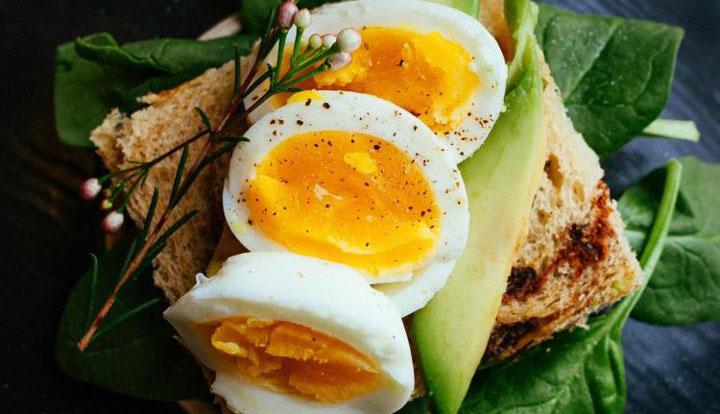 تخم مرغ پخته- یکی از روش های پختن تخم مرغ