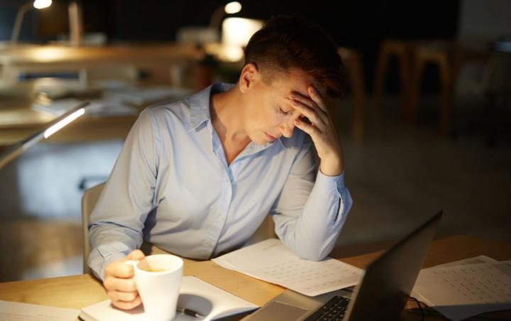 نادیده گرفتن خواب و بیدار ماندن از علائم کار کردن بیش از حد است