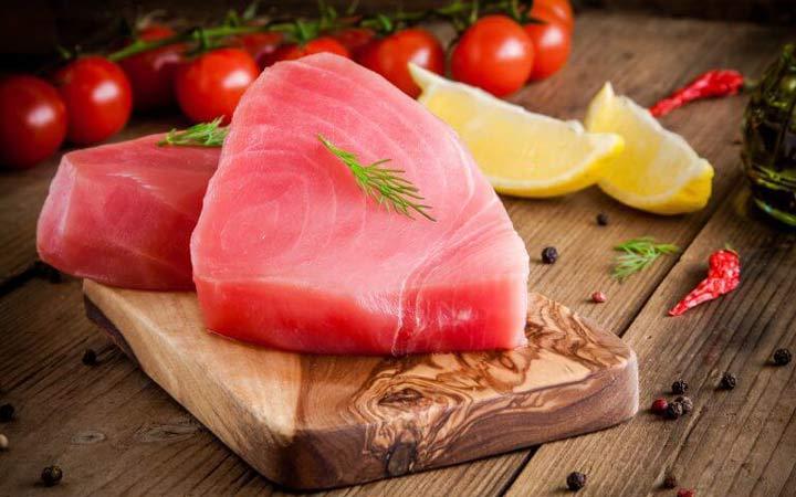 چه خوراکیهایی را نباید بهصورت خام یا نارس بخوریم - ماهی تن