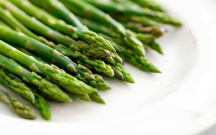 چه خوراکیهایی را نباید بهصورت خام یا نارس بخوریم - مارچوبه