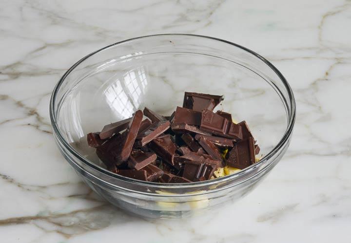 طرز تهیه موس شکلاتی - در مرحله اول شکلات خردشده و کره را در داخل کاسه بریزید.
