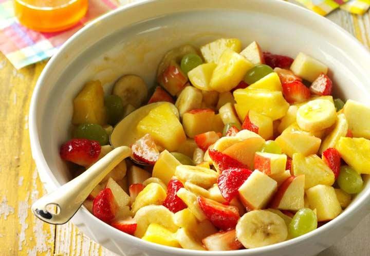 طرز تهیه سالاد میوه تابستانی + ۱۰ ایده جذاب دیگر - سالاد میوه با سس زردآلو طعم خاصی دارد.