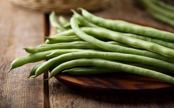 چه خوراکیهایی را نباید بهصورت خام یا نارس بخوریم - لوبیا سبز
