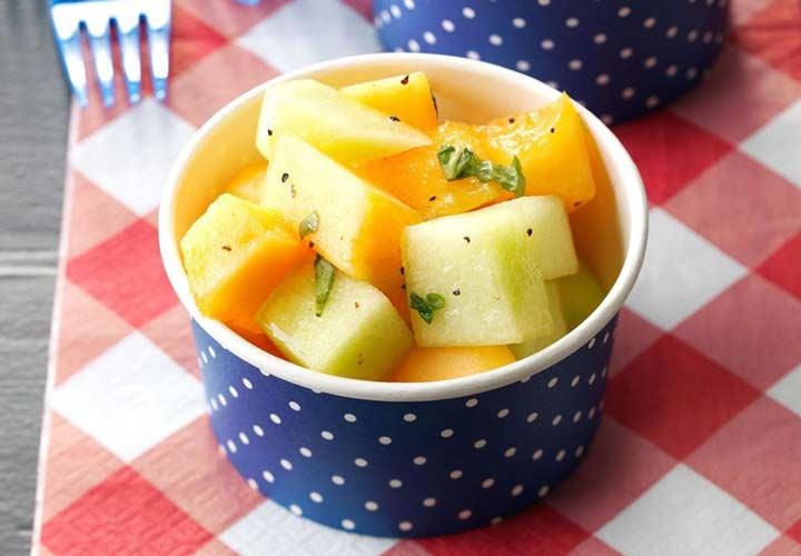 طرز تهیه سالاد میوه تابستانی + ۱۰ ایده جذاب دیگر - سالاد گرمک و ریحان انتخاب خوبی برای فصل تابستان است.
