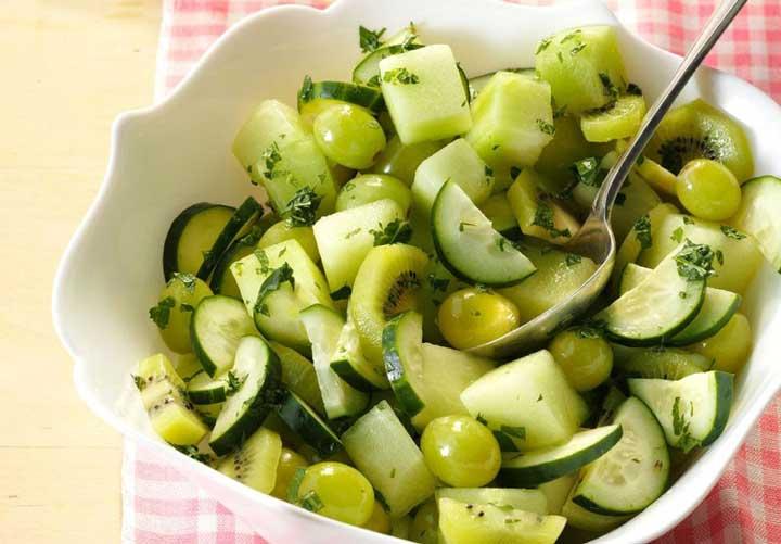 طرز تهیه سالاد میوه تابستانی + ۱۰ ایده جذاب دیگر - سالاد طالبی با سس لیموترش رنگ سبز جذابی دارد.