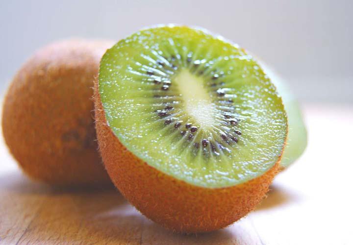 خواص انواع میوه های تابستانی - کیوی می تواند به درمان مشکلات خواب و بهبود سندرم روده تحریک پذیر کمک بکند.