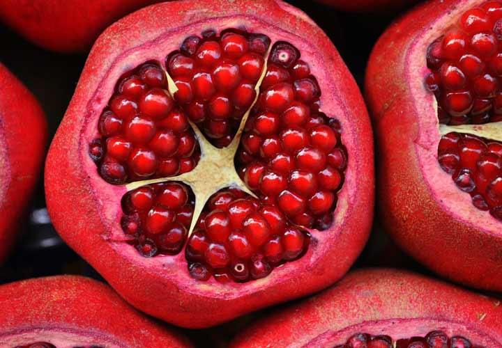 خواص انواع میوه های تابستانی - انار به سلامت قلب کمک می کند.