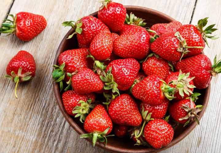 خواص انواع میوه های تابستانی - توت فرنگی سرشار از ویتامین C، پتاسیم، فیبر و آنتی اکسیدان ها است.