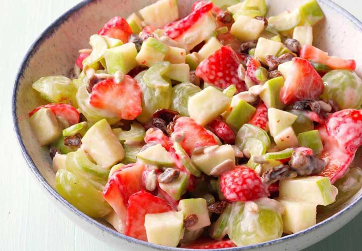 طرز تهیه سالاد میوه تابستانی + ۱۰ ایده جذاب دیگر - سالاد توت فرنگی و تخمه آفتابگردان محتوی پروتئین و چربی های مفید مغزهاست.