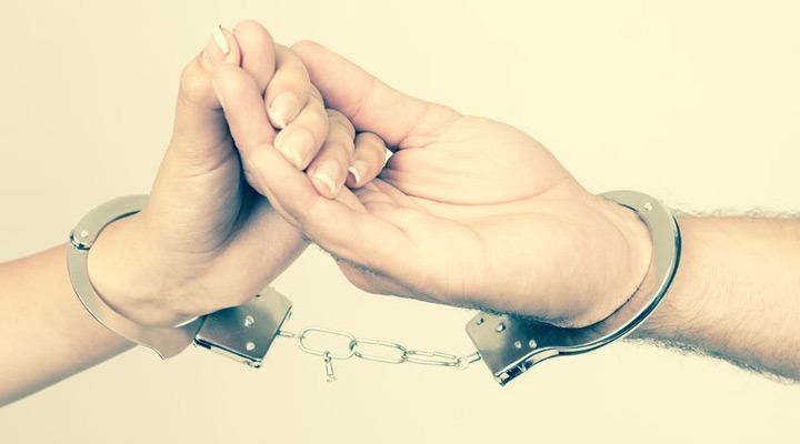 وابستگی عاطفی به همسر -  با وابستگی عاطفی شدید به همسرمان به رابطهمان آسیب میرسانیم