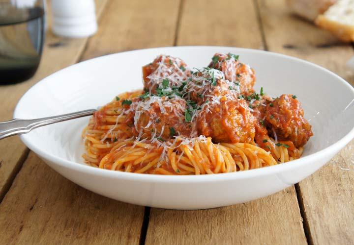 اسپاگتی با گوشت قلقلی را می توانید سریع و آسان آماده بکنید.