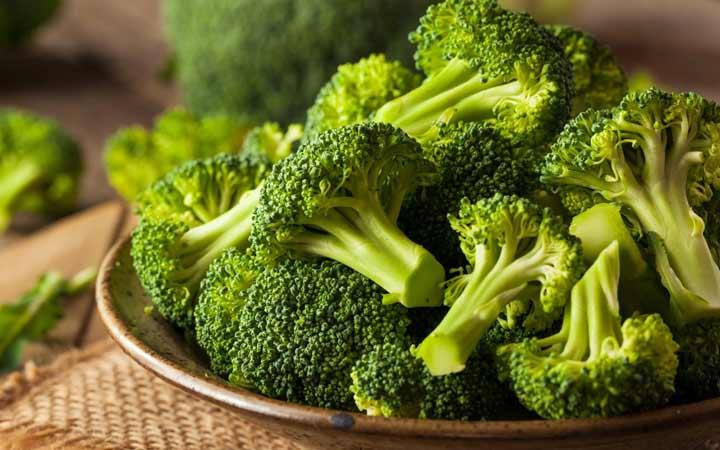 چه خوراکیهایی را نباید بهصورت خام یا نارس بخوریم - کلم بروکلی