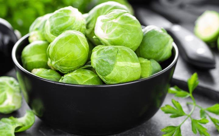چه خوراکیهایی را نباید بهصورت خام یا نارس بخوریم - کلم بروکسل