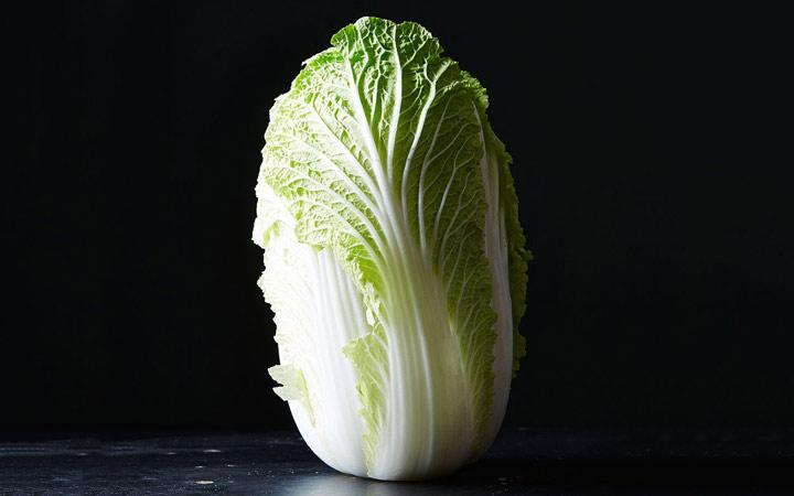 چه خوراکیهایی را نباید بهصورت خام یا نارس بخوریم - کاهوی چینی