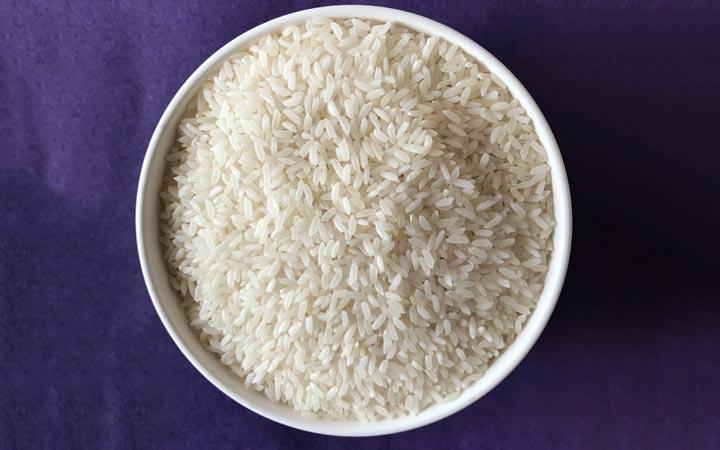 چه خوراکیهایی را نباید بهصورت خام یا نارس بخوریم - برنج