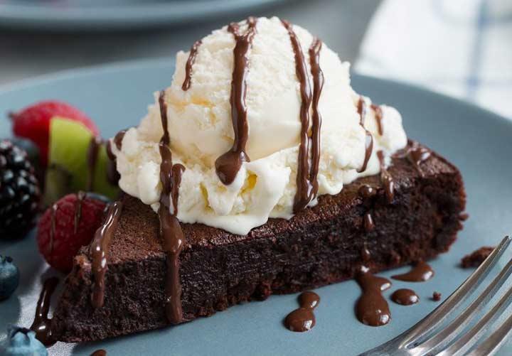 ۱۰ دسر خوشمزه بدون آرد - کیک شکلاتی بدون آرد گزینه خوبی برای مهمانی ها و تولدهاست.